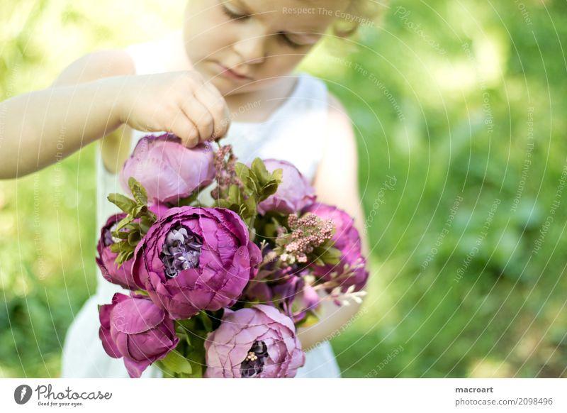 Blumenstrauß blumenmädchen Mädchen Kind Kleinkind rosa Sommer Floristik Geschenk schenken begreifen lernen Gefühle berühren Erfahrung weiß Kleid Muttertag