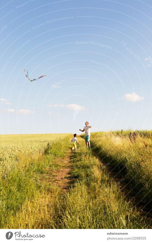 Draußen ist es doch am schönsten Freizeit & Hobby Spielen Sommer maskulin 2 Mensch Natur Feld Lenkdrachen beobachten Bewegung fliegen laufen rennen Blick frei
