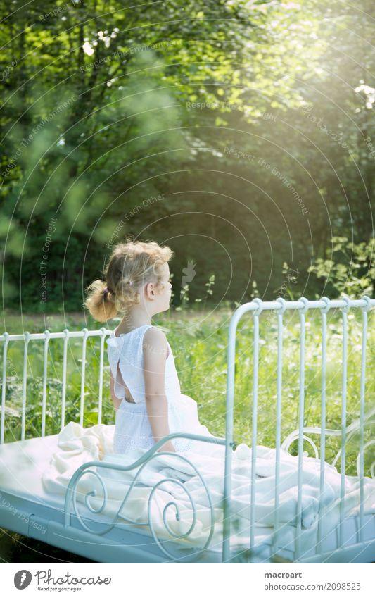 sommer Sommer Frühling Kind Kleinkind Mädchen Fee zart Märchen fantastisch weiß Kleid schön süß Gras Wiese Außenaufnahme Park Feld Sonnenstrahlen Strahlung