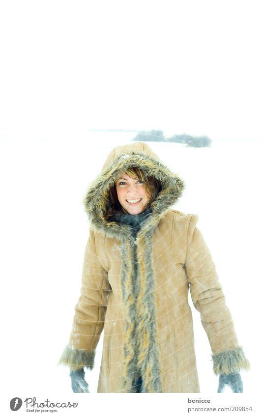 winterfreude Frau Mensch Schnee Winter lachen Lächeln Freude Mantel Wintermantel Kapuze schön Natur Winterurlaub Ferien & Urlaub & Reisen attraktiv kalt Mode