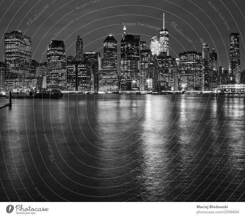 Manhattan Skyline spiegelt sich in East River in der Nacht Ferien & Urlaub & Reisen weiß schwarz Architektur Gebäude Business Büro Hochhaus USA erleuchten