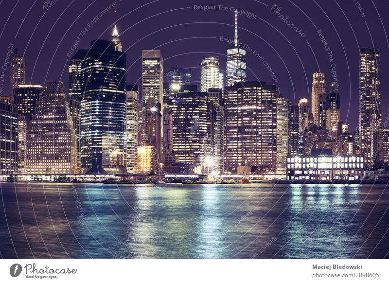 Skyline von Manhattan in der Nacht. Büro Business New York City Stadtzentrum Hochhaus Bankgebäude Gebäude Architektur New York State Großstadt Turm gefiltert