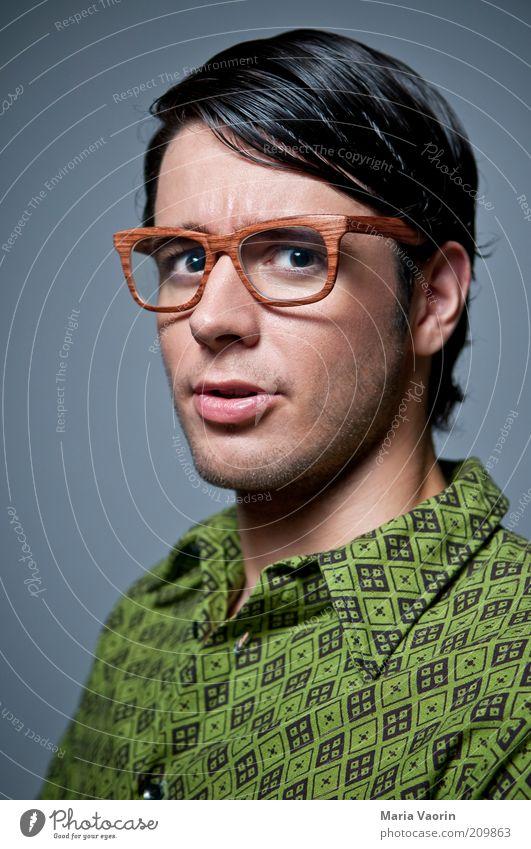 Intelligenzklotz Student maskulin Junger Mann Jugendliche 18-30 Jahre Erwachsene Hemd Brille schwarzhaarig Scheitel nerdig Neugier retro Freak Streber