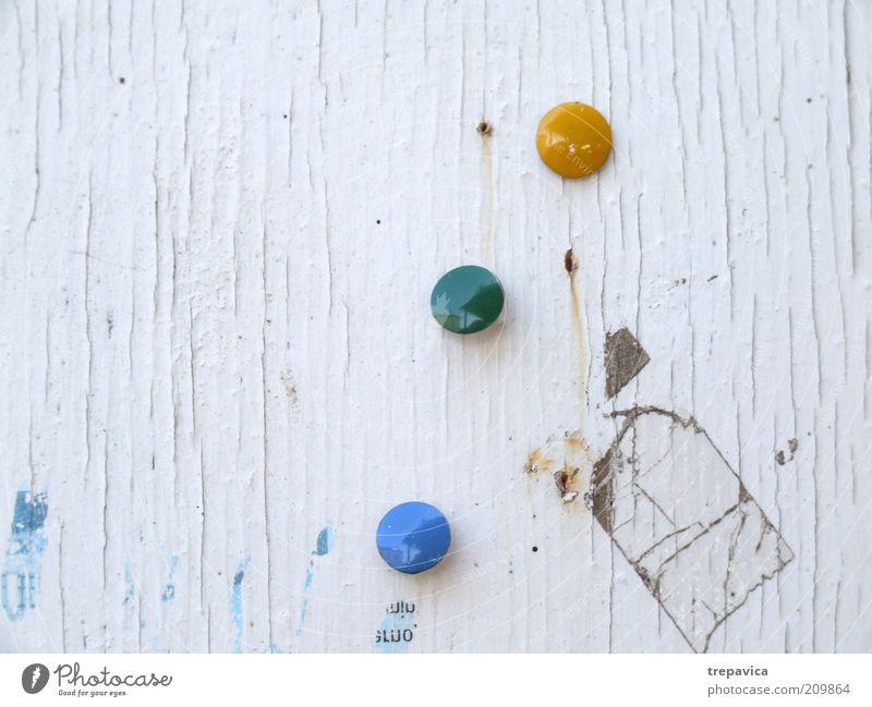 gelb gruen blau weiß grün blau gelb dreckig Hintergrundbild trashig Holzwand Schwarzes Brett Reißzwecken Papierfetzen