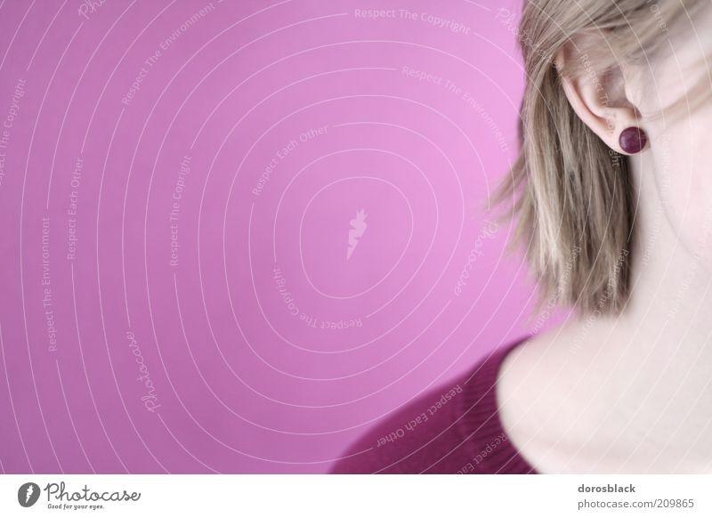 portrait Mensch schön ruhig feminin Stil blond rosa weich Ohr violett nah Wange Ohrringe Schmuck Modeschmuck