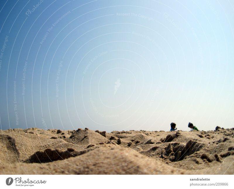 Sandkasten Kind Mensch Himmel Natur blau Sonne Freude Sommer Ferien & Urlaub & Reisen Strand Spielen Junge Wärme klein Kindheit