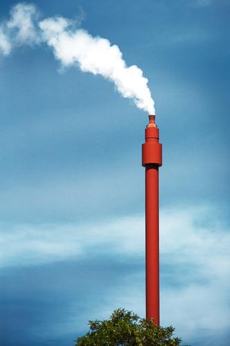 Krematorium ? Himmel blau weiß rot Energiewirtschaft ästhetisch hoch bedrohlich Turm Zukunftsangst dünn Rauch Rauchen Abgas Schornstein