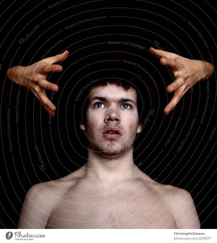 Wow?! Mensch Jugendliche Hand schwarz Erwachsene kalt Angst maskulin ästhetisch außergewöhnlich 18-30 Jahre Überraschung Porträt unrasiert Experiment hypnotisch