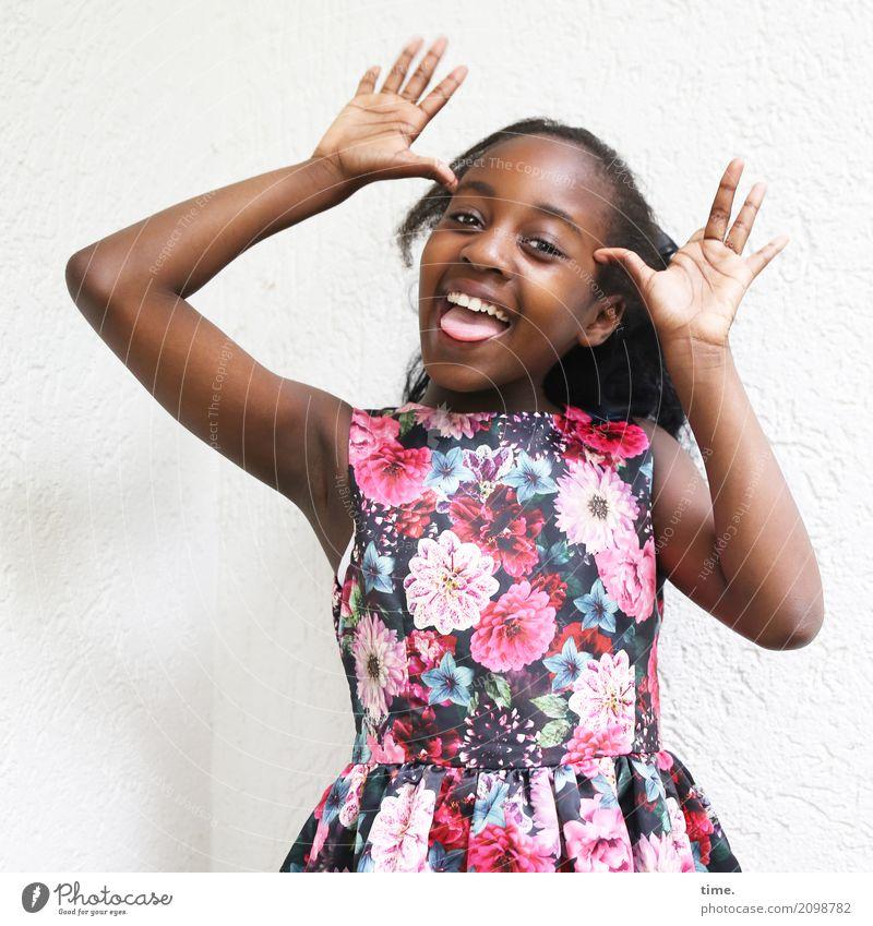 Gloria feminin Mädchen 1 Mensch Mauer Wand Kleid schwarzhaarig langhaarig beobachten lachen Blick frei Freundlichkeit Fröhlichkeit schön Lebensfreude