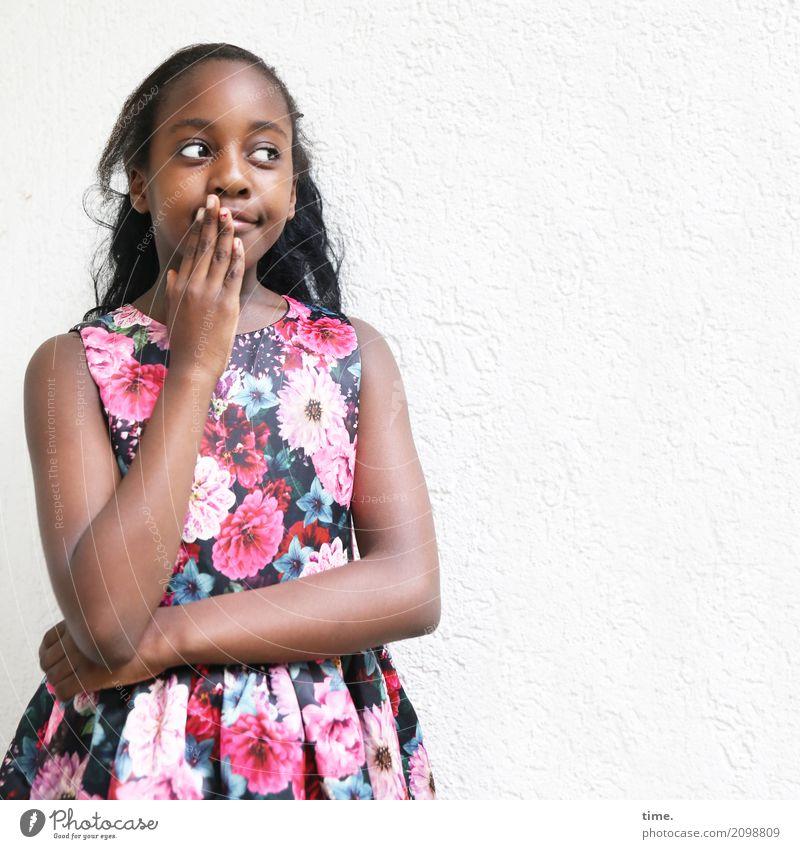 Gloria Mensch schön Ferne Mädchen Gefühle feminin authentisch beobachten Neugier festhalten Kleid Konzentration Inspiration langhaarig schwarzhaarig