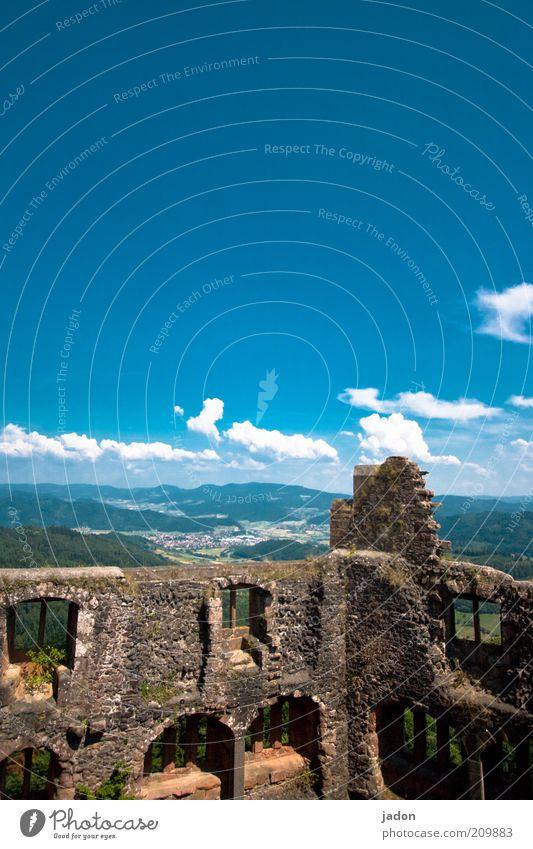 ruinös. blau Stein Mauer ästhetisch Aussicht kaputt Vergänglichkeit verfallen Verfall Vergangenheit Ruine Zerstörung Blauer Himmel stagnierend Ereignisse