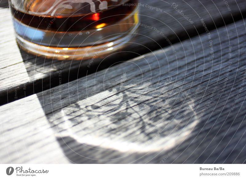 Durstlöscher Holz Glas Tisch Erfrischung Lichtspiel Schattenspiel Ernährung Reflexion & Spiegelung Möbel Cola Wasserglas Holztisch Tischplatte