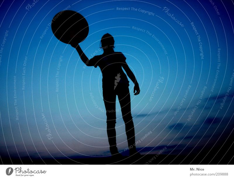 °ll Jugendliche Himmel blau ruhig schwarz Einsamkeit Ferne feminin Freiheit Kraft Arme Umwelt Schilder & Markierungen rund stehen Klima