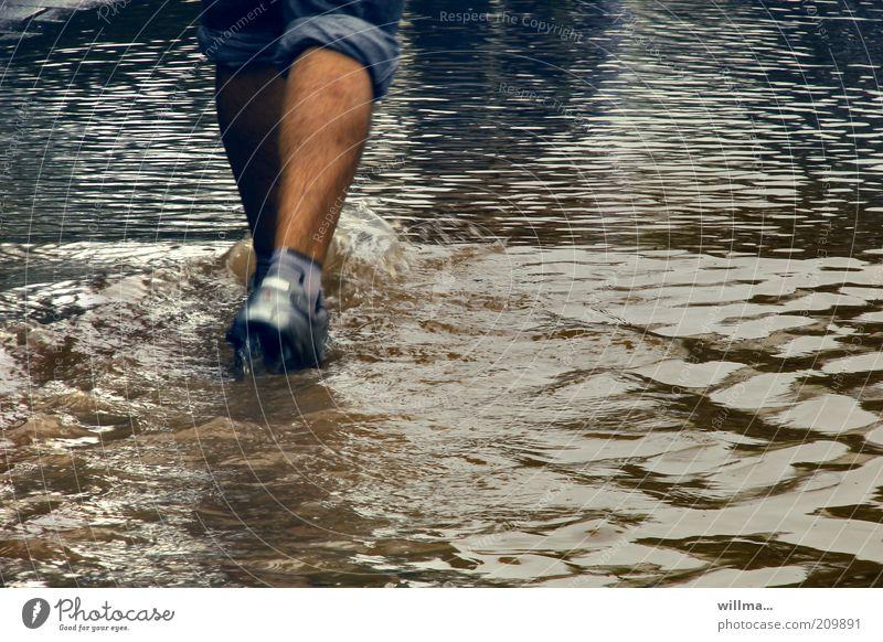 Hochwasser Überschwemmung Mensch Beine Fuß Fußgänger Unwetter Schuhe gehen laufen waten Wasserstand Wassermassen Wade nass Urelemente