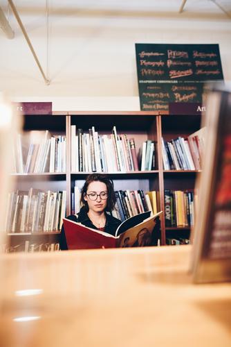 Roadtrip West Coast USA (290) feminin Junge Frau Jugendliche Erwachsene 1 Mensch 18-30 Jahre 30-45 Jahre Bildung Buchladen Bibliothek lesen blättern Brille
