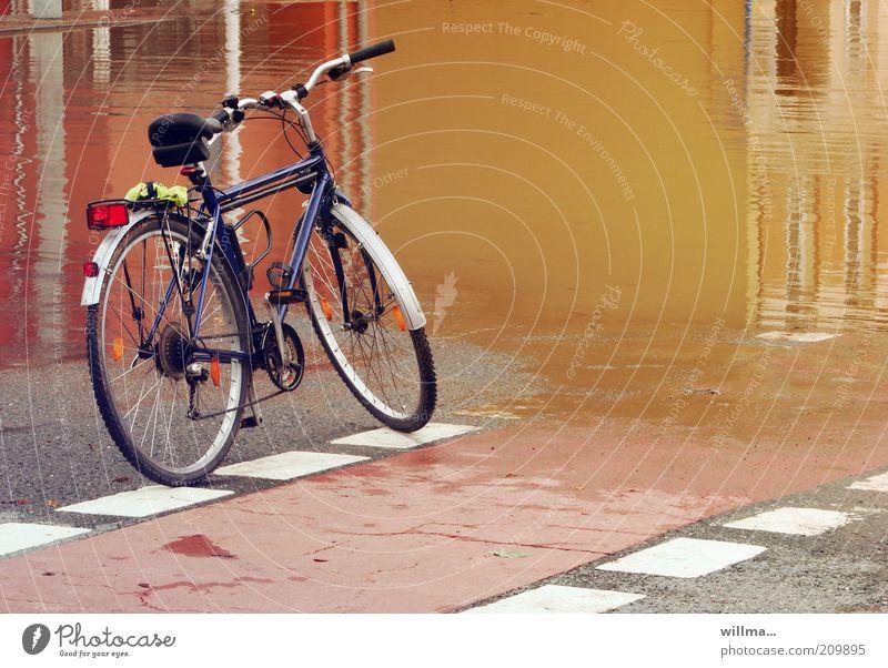 endstation Wasser Stadt Haus Straße Regen Fahrrad Klima nass Asphalt stoppen Regenwasser Unwetter Pfütze Desaster Sachsen stagnierend