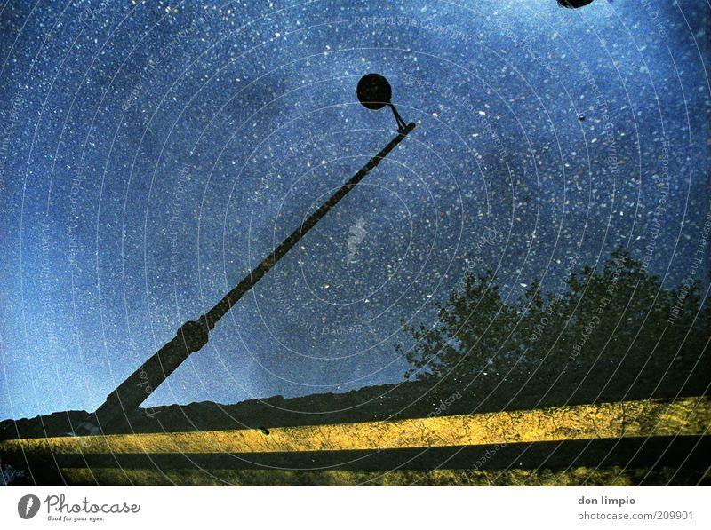 a hundert million stars Wasser Himmel blau Ferne Straße Lampe Stern Nachthimmel Laterne Schönes Wetter Straßenbeleuchtung Pfütze Spiegelbild Experiment Sternenhimmel Straßenrand