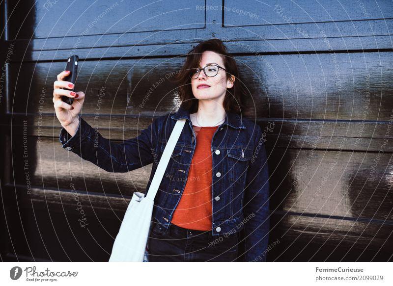 Roadtrip West Coast USA (286) feminin Junge Frau Jugendliche Erwachsene 1 Mensch 18-30 Jahre 30-45 Jahre Kommunizieren Handy-Kamera Selfie Fotografieren