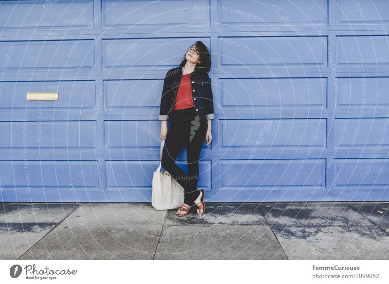 Roadtrip West Coast USA (289) feminin Junge Frau Jugendliche Erwachsene 1 Mensch 18-30 Jahre 30-45 Jahre schön Wand violett Jutesack Sandale Jeansjacke