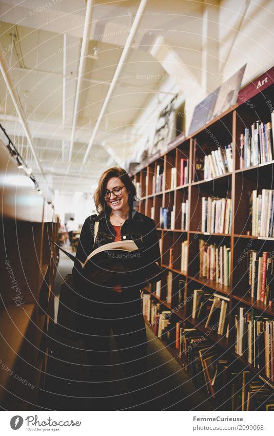 Roadtrip West Coast USA (282) feminin Junge Frau Jugendliche Erwachsene 1 Mensch 18-30 Jahre 30-45 Jahre Bildung Bibliothek Buchladen Leseratte lesen Literatur