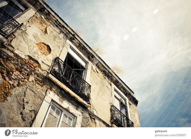 Lissabon Altstadt Ruine Bauwerk Gebäude Architektur Fassade Balkon Fenster Tür alt authentisch kaputt wild Armut Verfall Vergangenheit Vergänglichkeit verlieren
