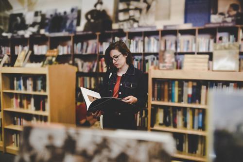 Roadtrip West Coast USA (279) feminin Junge Frau Jugendliche Erwachsene 1 Mensch 18-30 Jahre 30-45 Jahre Bildung Buchladen Bibliothek lesen Bücherregal Brille