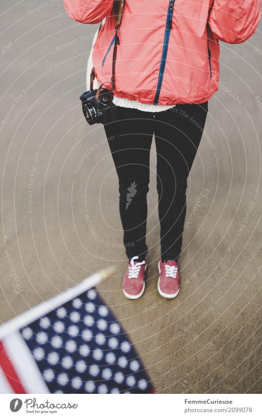 Roadtrip West Coast USA (122) feminin Junge Frau Jugendliche Erwachsene Mensch 18-30 Jahre 30-45 Jahre Abenteuer Westküste Fahne Regenjacke Spiegelreflexkamera