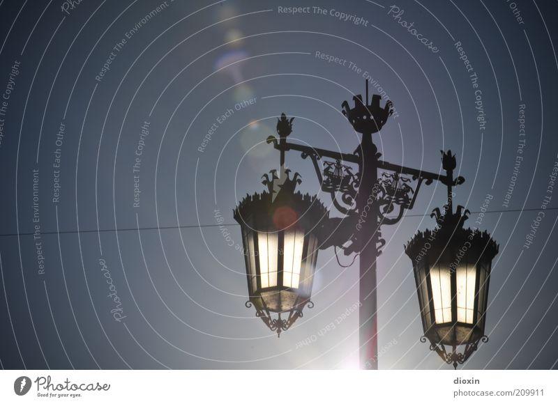 Illumination Himmel alt Sonne Sommer Metall Energiewirtschaft Klima leuchten Laterne Schönes Wetter Straßenbeleuchtung Sonnenenergie antik filigran Wolkenloser Himmel Altstadt