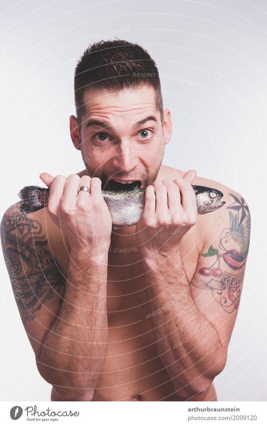 Junger tätowierter Mann hat Lust auf Fisch Lebensmittel Ernährung Essen Slowfood Fingerfood kaufen Reichtum Gesunde Ernährung Freizeit & Hobby Angeln Koch