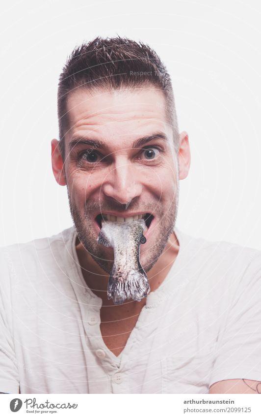 Junger Mann mit rohem Fisch im Mund Lebensmittel Ernährung Essen Mittagessen Slowfood kaufen Gesundheit Gesunde Ernährung Freizeit & Hobby Angeln Koch