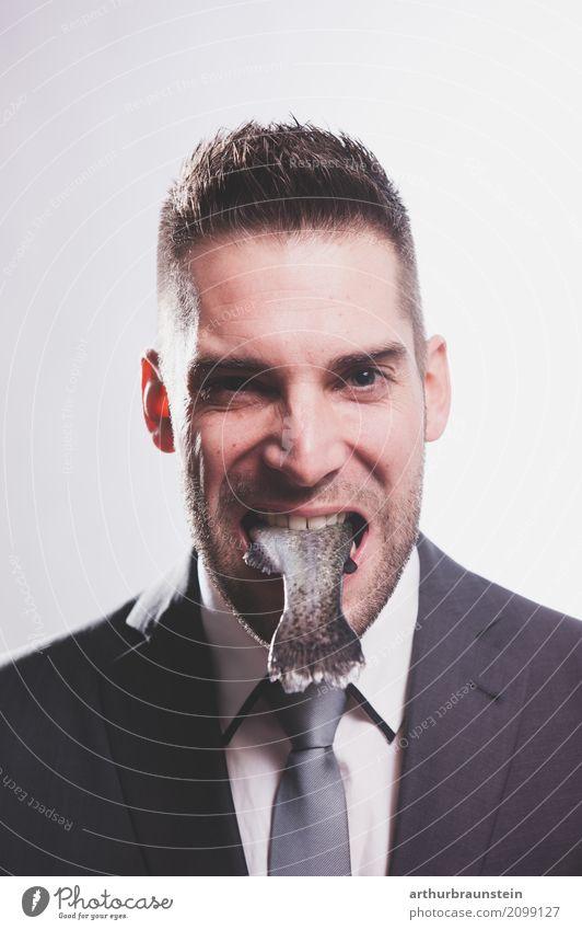 Junger Geschäftsmann mit rohem Fisch im Mund Lebensmittel Forelle Ernährung Essen Slowfood Sushi Reichtum Gesundheit Gesunde Ernährung Übergewicht