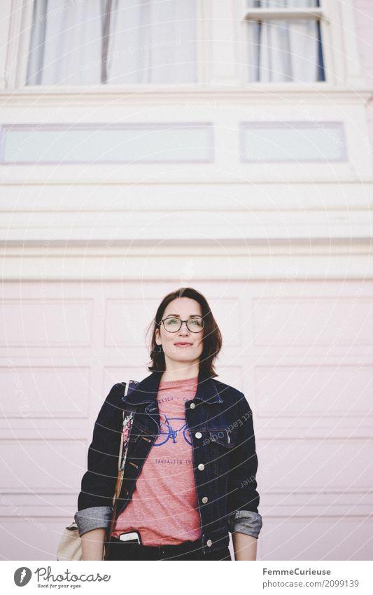 Roadtrip West Coast USA (132) Lifestyle feminin Junge Frau Jugendliche Erwachsene Mensch 18-30 Jahre Stadt Jutesack Jeansjacke T-Shirt Handy Brille Mode Wand