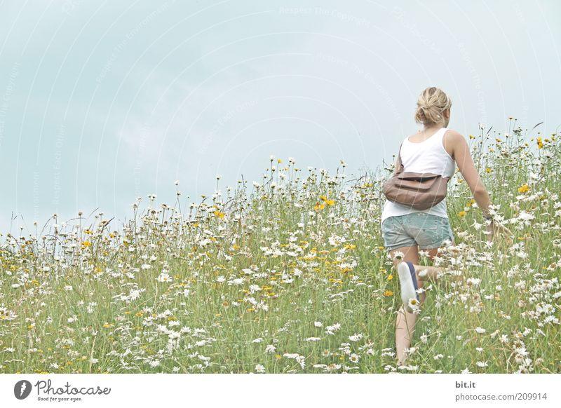 Blumenmädchen ruhig Ausflug Freiheit wandern feminin Junge Frau Jugendliche Natur Landschaft Himmel Sommer Wiese Feld Hügel Berge u. Gebirge T-Shirt Jeanshose