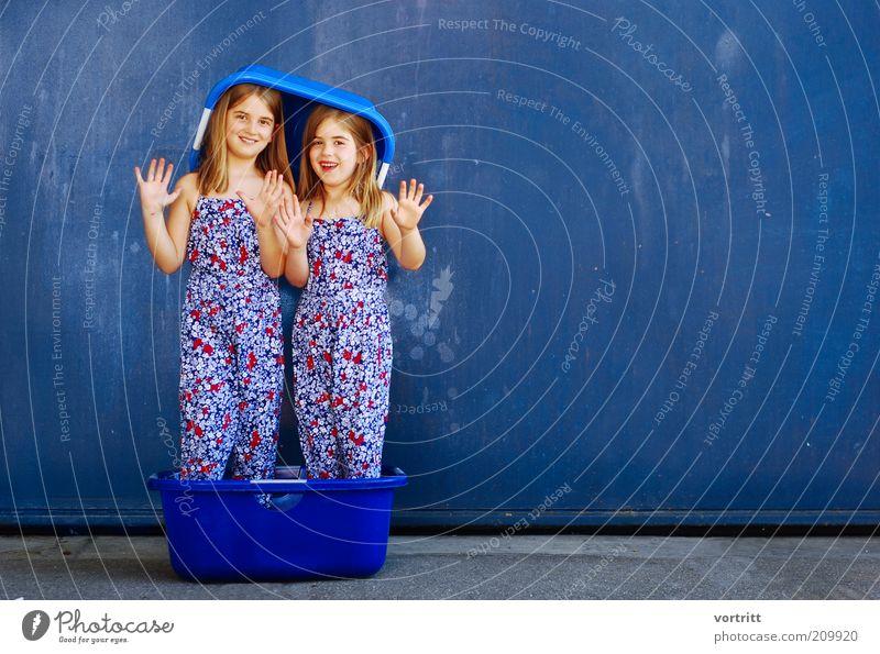 sister of mercy Freude schön Haare & Frisuren harmonisch Mädchen Schwester 2 Mensch 3-8 Jahre Kind Kindheit Mode Kleid Hut blond langhaarig stehen blau