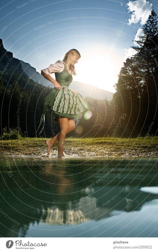 Hiatamadl Natur Jugendliche schön Sonne Freude Erholung feminin Spielen Berge u. Gebirge Glück lachen See Tanzen Mode blond Erwachsene