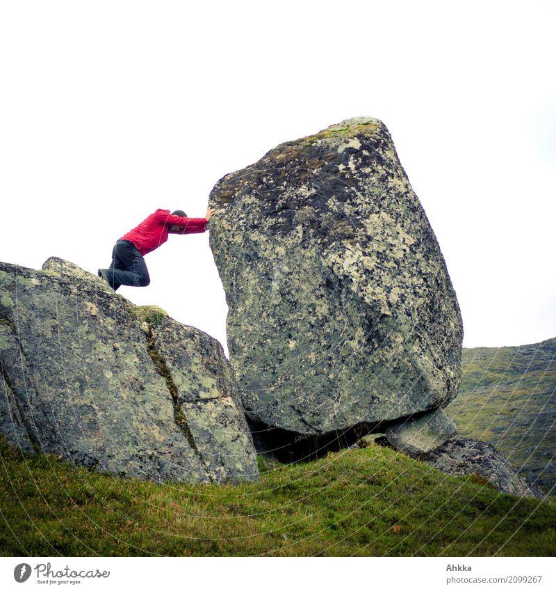 Junger Mann stellt sich großer Herausforderung Abenteuer Mensch maskulin 1 Natur Klimawandel Felsen Bewegung grün rot Tapferkeit Optimismus Kraft Willensstärke