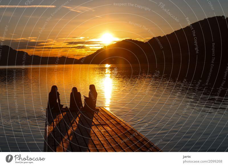 endless summer feminin Freundschaft 3 Mensch Sonnenaufgang Sonnenuntergang Sommer Schönes Wetter See sprechen sitzen natürlich Optimismus Gelassenheit ruhig