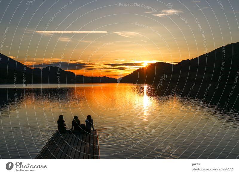 abendrot Mensch feminin Freundschaft 3 Landschaft Sonnenaufgang Sonnenuntergang Sommer Schönes Wetter Hügel Berge u. Gebirge See genießen sprechen sitzen