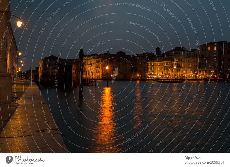 Venezianische Nacht Venedig Veneto Italien Kleinstadt Hafenstadt Stadtzentrum Altstadt Menschenleer Haus Mauer Wand Jachthafen dunkel nass Wachsamkeit Neugier