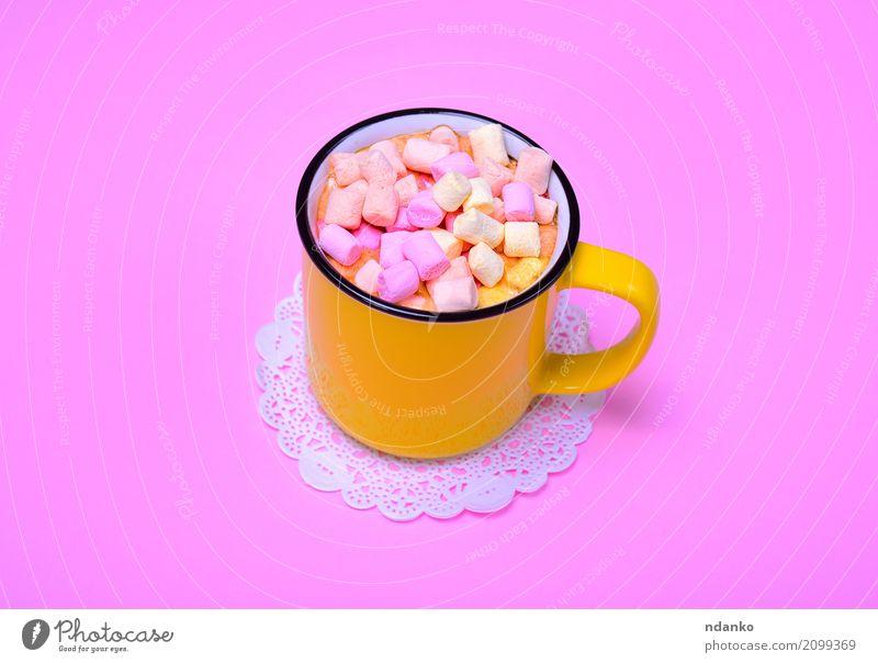 Gelber Becher mit Kakao Dessert Getränk Heißgetränk Tasse frisch heiß lecker oben gelb rosa Marshmallow Kakaobaum trinken Scheibe Top süß Lebensmittel