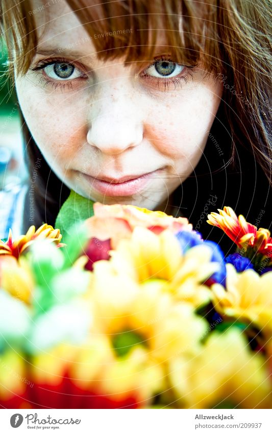 Kitsch feminin Junge Frau Jugendliche Kopf 1 Mensch 18-30 Jahre Erwachsene Natur Pflanze Blume Blüte Blumenstrauß Farbfoto Außenaufnahme Tag Porträt