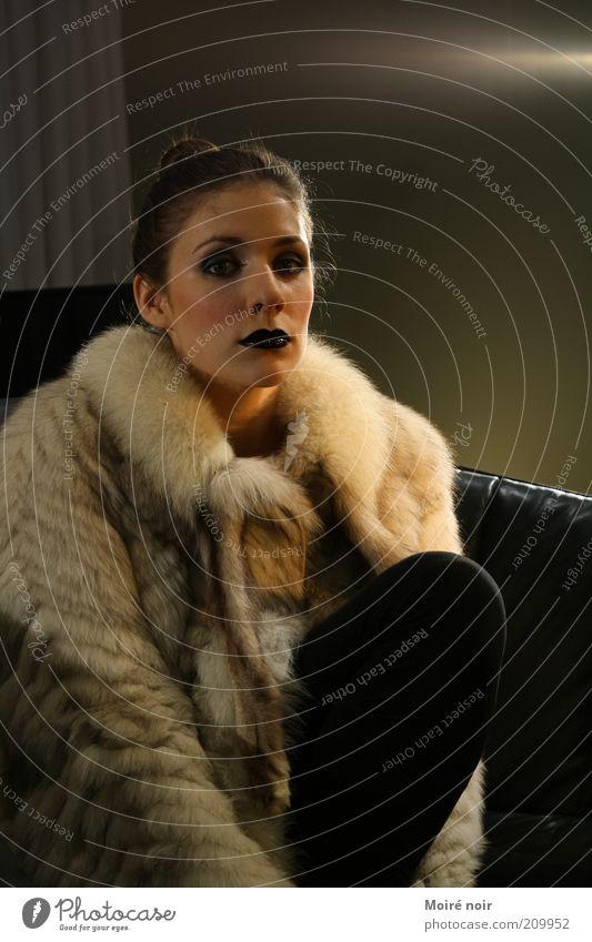 Black & white Lifestyle elegant Stil Mensch feminin Junge Frau Jugendliche Lippen 1 18-30 Jahre Erwachsene Pelzmantel Strumpfhose Fell blond Zopf hocken sitzen