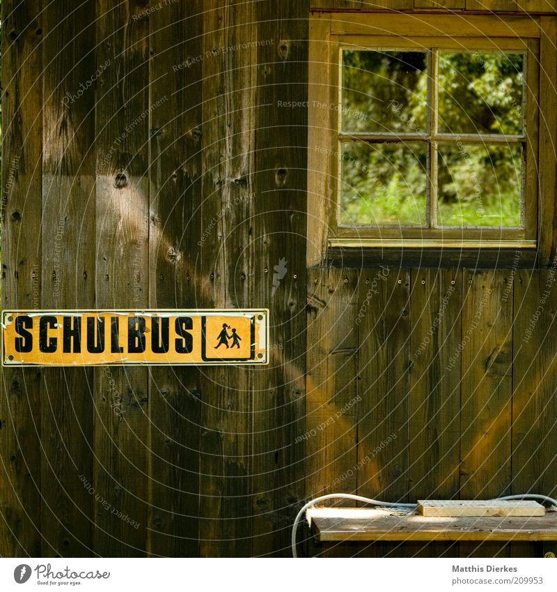 Schulbus Natur alt Fenster Holz lustig Umwelt Schilder & Markierungen Bank Kitsch außergewöhnlich Hütte Wegweiser Haus Maserung