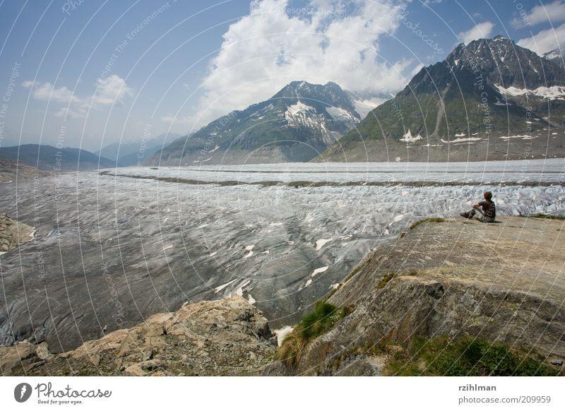 Aussicht auf den Aletschgletscher. Frau Mensch Natur Sommer Wolken Berge u. Gebirge Landschaft Eis Erwachsene wandern Felsen Ausflug sitzen Pause Aussicht Schweiz
