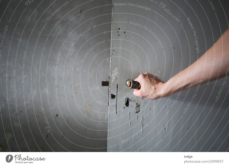 Irgendwie anders Arme Hand 1 Mensch Tür Griff Holztür Wand Raum festhalten historisch Irritation aufmachen entgegengesetzt grau Türschloss Farbfoto