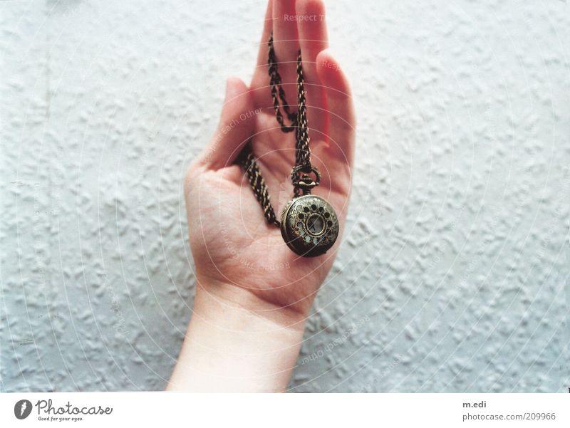 Analog! Hand Finger 1 Mensch Accessoire Schmuck Halskette Taschenuhr alt Farbfoto Sammlerstück Tag