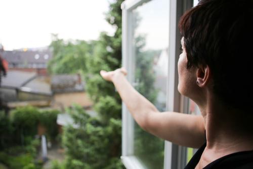 Meteorologie basic Lifestyle Freizeit & Hobby Häusliches Leben Wohnung Raum Frau Erwachsene Kopf Arme 1 Mensch 30-45 Jahre Umwelt Frühling Sommer Klima Wetter