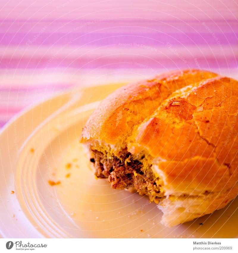 Brötchen Lebensmittel Fleisch Wurstwaren Ernährung Mittagessen Abendessen Picknick Fastfood lecker Fleischklösse Teller Tellerrand ungesund Fett Snack Vesper
