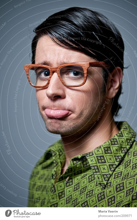 Keiner hat mich lieb Bildung Studium Student maskulin Junger Mann Jugendliche 18-30 Jahre Erwachsene Hemd Brille schwarzhaarig Scheitel nerdig retro klug