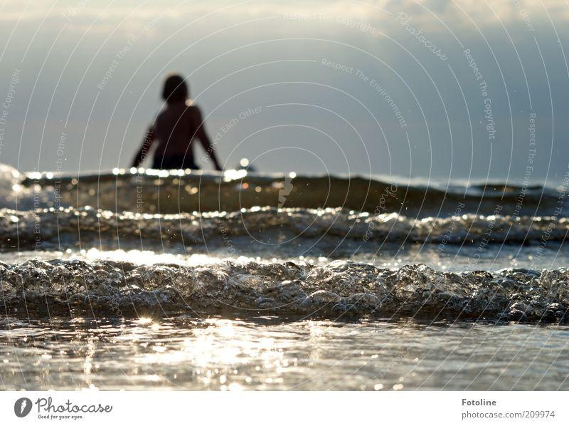 Und rein ins Wasser! Mensch Kind Kindheit 1 Umwelt Natur Sommer Wärme Wellen Küste Ostsee Meer Schwimmen & Baden heiß hell nass natürlich Farbfoto